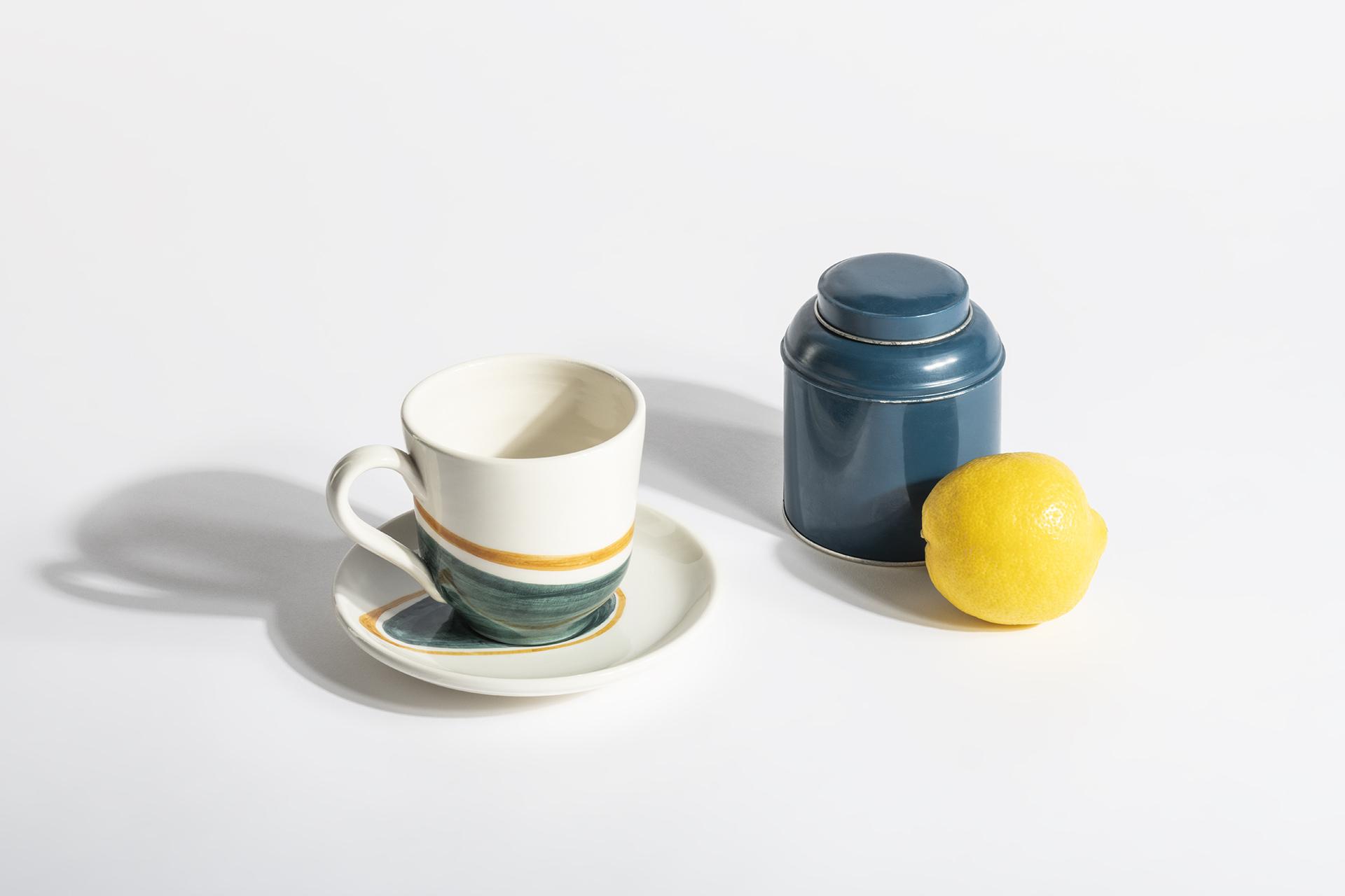 Ombre, set di tazze da thè in ceramica modellate artigianalmente e dipinte a mano.